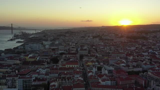 sunset view over castle of sao jorge (castelo de s. jorge) / lisbon, portugal - dusk stock videos & royalty-free footage