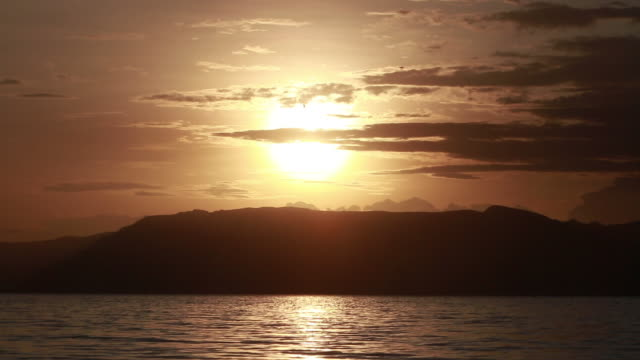 stockvideo's en b-roll-footage met sunset vista over lake - wiese