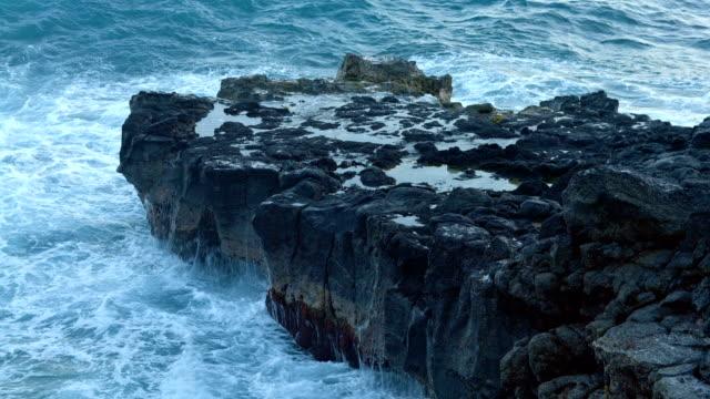 vídeos de stock, filmes e b-roll de sunset waves crashing lava rock close kauai hawaii - pedra rocha