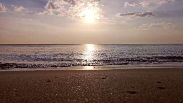 Sonnenuntergang Wellen am tropischen Strand Ko Lanta, Thailand