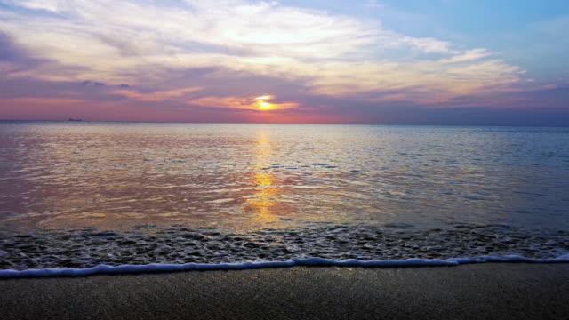 Sonnenuntergang Wellen am tropischen Strand