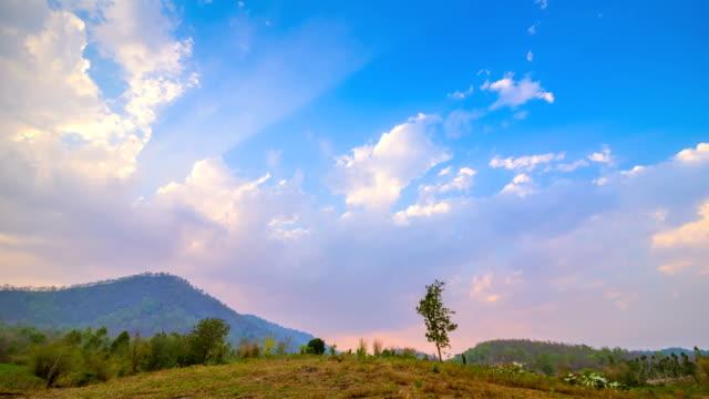 山の上に雲が立つ夕日 - 手足点の映像素材/bロール