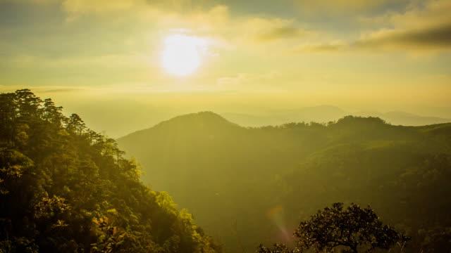 Pôr do sol com Montanhas de nuvem por cima