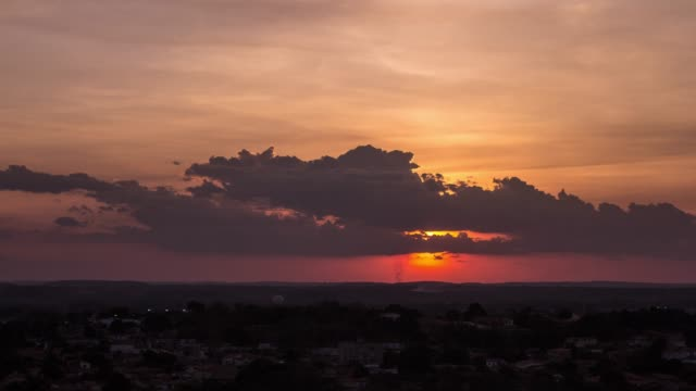 vidéos et rushes de coucher de soleil avec des nuages au-dessus de l'horizon (coucher du soleil et nuages à l'horizon) - amérique du sud