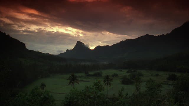 vídeos de stock, filmes e b-roll de ws sunset with dramatic sky and silhouette of volcano - territórios ultramarinos franceses