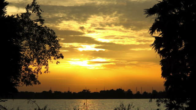 vídeos y material grabado en eventos de stock de puesta de sol con oro cielo tl - mancha solar