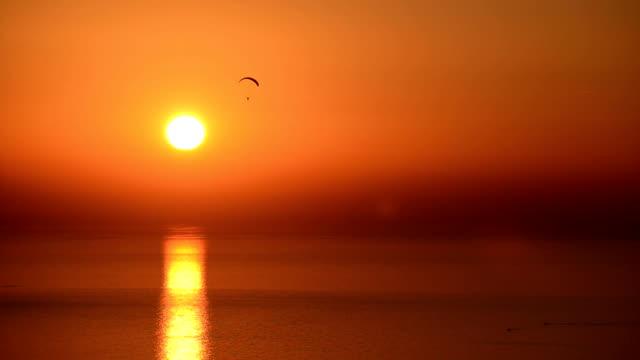 vidéos et rushes de coucher du soleil et parapente - nombre d'or