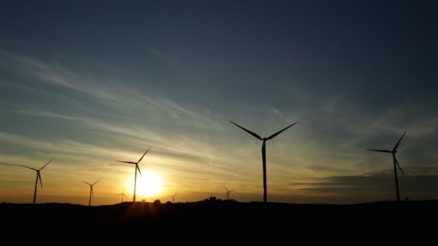 vídeos de stock e filmes b-roll de sunset with windmills - energias renovaveis