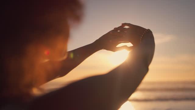 vídeos de stock, filmes e b-roll de sol é melhor apreciado na praia - afro