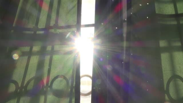 sonnenschein durch grünen vorhang dolly shot mit staub float - sunbeam stock-videos und b-roll-filmmaterial