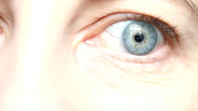 super close up av kvinnans öga - 45 49 år bildbanksvideor och videomaterial från bakom kulisserna