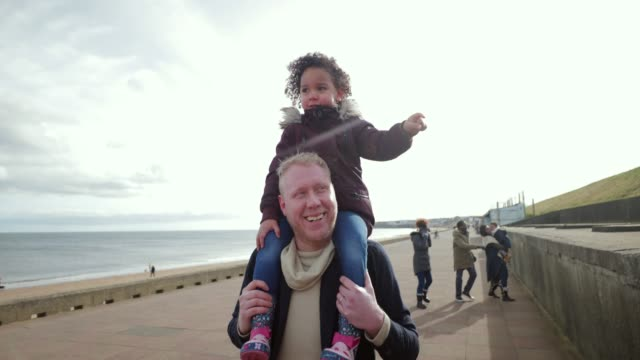 stockvideo's en b-roll-footage met super papa - whitley bay