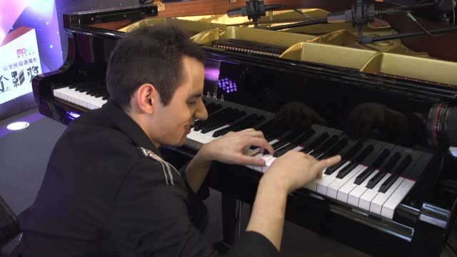 vídeos y material grabado en eventos de stock de super fast hungarian pianist bence peter who holds the world record for playing the most piano key hits in one minute demonstrates his skills in hong... - cultura húngara
