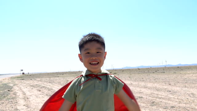 風力発電所で応援するスーパーヒーロー - ヒーロー点の映像素材/bロール