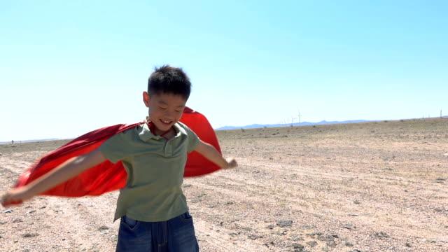 風力発電所で踊るスーパーヒーロー - ヒーロー点の映像素材/bロール