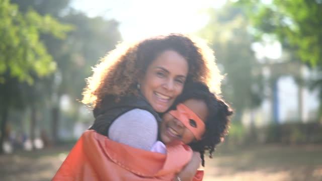 vídeos de stock, filmes e b-roll de filha de super herói, abraçando a mãe - super herói