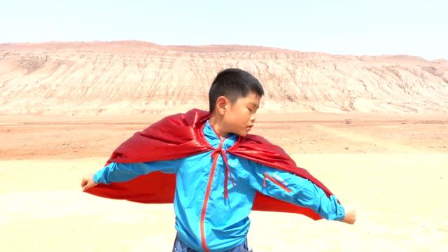 フレーミングマウンテン、ターパンで遊ぶスーパーヒーロー - ヒーロー点の映像素材/bロール