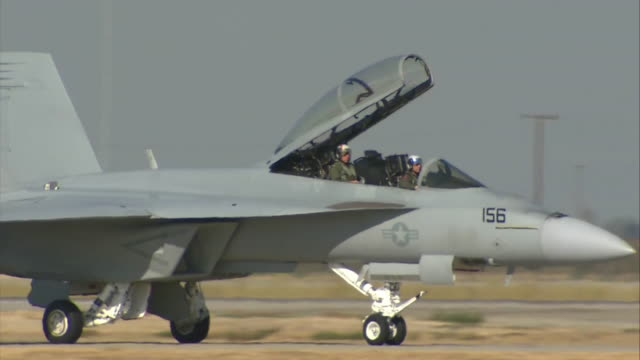 f/a-18f super hornet moving in the airport - us militär stock-videos und b-roll-filmmaterial
