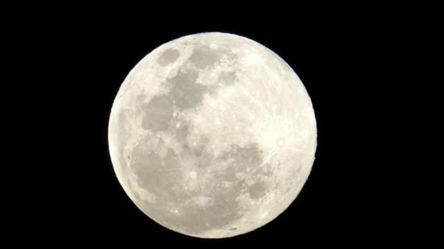 vídeos y material grabado en eventos de stock de super luna en la noche - espacio y astronomía