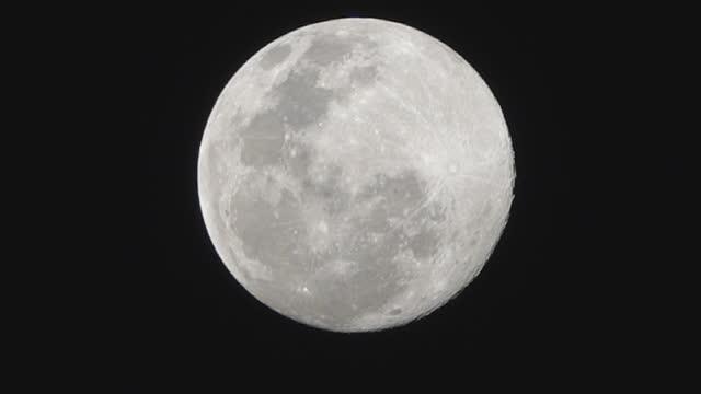 vídeos y material grabado en eventos de stock de super luna por la noche - espacio y astronomía