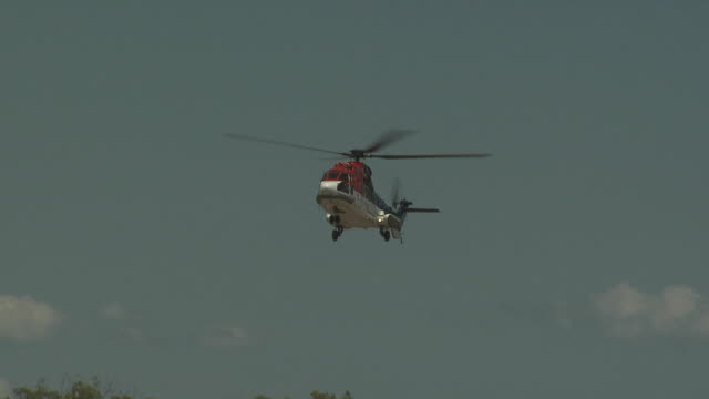 stockvideo's en b-roll-footage met super puma helicopter approaches remote airfield in western australia to land, australia - dichterbij komen