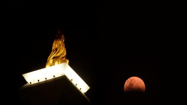vídeos y material grabado en eventos de stock de super red blood moon eclipse in monas monument, jakarta - monumento nacional