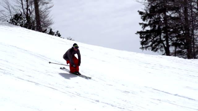 hd: super slow-motion scatto di corsa senza sciatore extreme saltare - bastoncino da sci video stock e b–roll