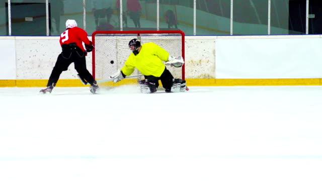 HD: Super Slo-Mo Aufnahme von Eishockey-Spieler in Ziel-Aktion