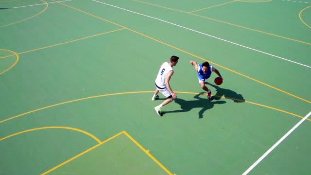 vidéos et rushes de hd: super après le coup de jeune homme faire des paniers - terrain de jeu