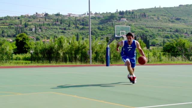 hd : スーパー slo -mo ショットの若い男性のために、バスケット - バスケットボールのシュート点の映像素材/bロール