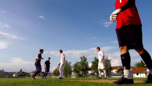 vídeos y material grabado en eventos de stock de hd: super una persona-mo shot of young soccer players puntuación - golpear