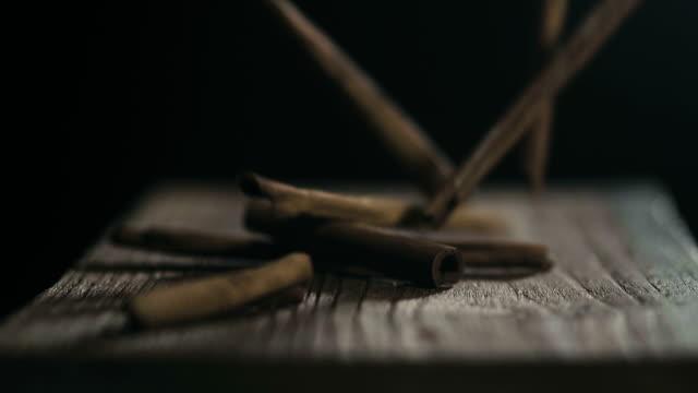 スローモーション: シナモン スティック黒に落ちる - 材木点の映像素材/bロール
