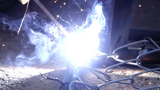 Super-Slow-Motion HD: Mann Schweißen arbeiten.