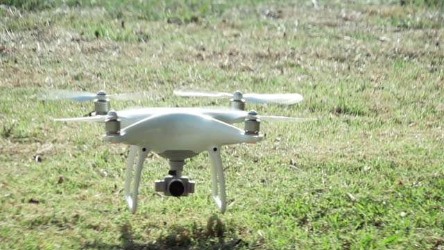 Super Slow Motion HD:camera drone Landung auf dem Rasen