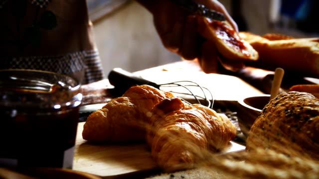 vidéos et rushes de super ralenti hd:shot de pain confiture de fraise de make. - étaler