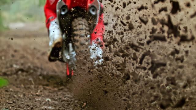 vídeos de stock, filmes e b-roll de super motocross em câmera lenta chutando a sujeira - extreme close up