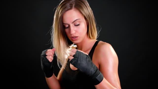 superzeitlupe boxer weiblicher blick in die kamera und bereiten sich auf 120 fps punsch - faustschlag stock-videos und b-roll-filmmaterial