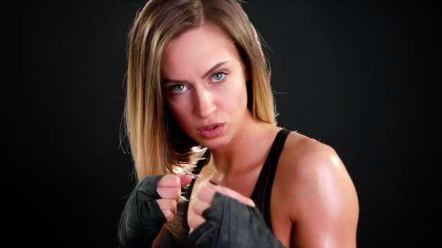 super slow-motion der boxer mädchen blick in die kamera, 120 fps punsch vorbereiten - faustschlag stock-videos und b-roll-filmmaterial