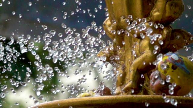 vidéos et rushes de super ralenti d'éclaboussures dans le jardin d'eau fontaine / thaïlande - parc naturel