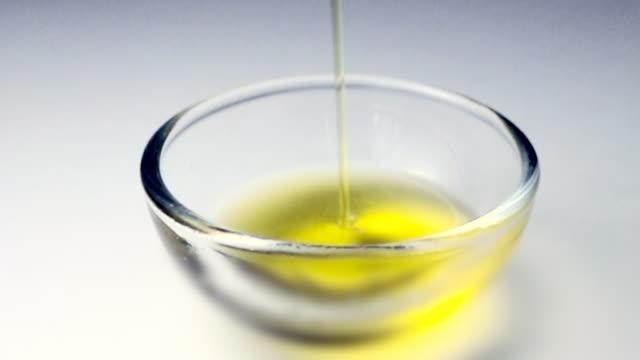 スーパースローモーション  オリーブオイルの滴 - オリーブ油点の映像素材/bロール