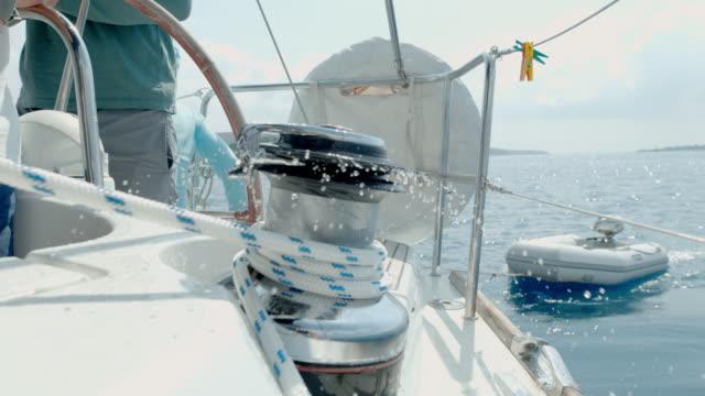 cu super zeitlupen-manipulation auf segelboot - regatta stock-videos und b-roll-filmmaterial