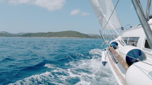 ms super zeitlupe segelboot, das sich auf dem sonnigen blauen ozean, kroatien, bewegt - segelsport stock-videos und b-roll-filmmaterial