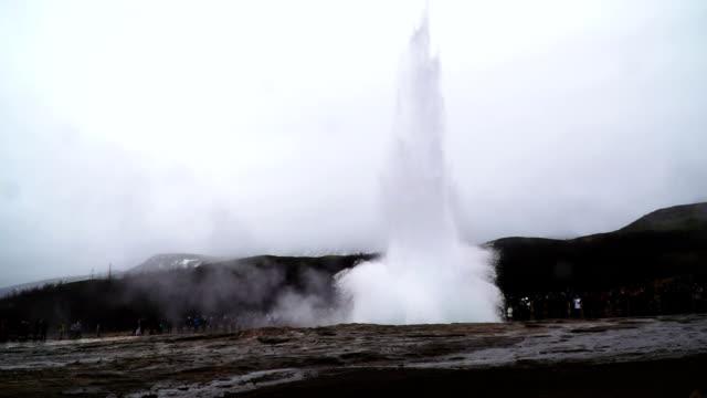 vídeos de stock, filmes e b-roll de super câmera lenta - strokkur gesyer na islândia - gêiser