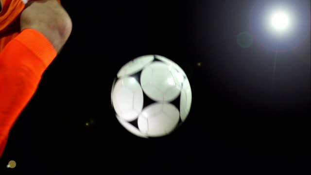 Super Zeitlupe, Volley Fußball ball unter Flutlicht
