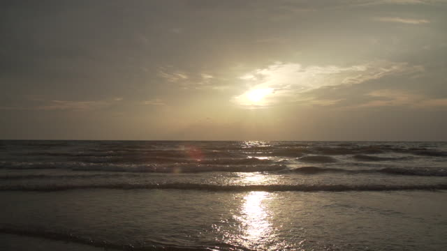 super slow motion waves lapping beach at sunset - 1 minuto e più video stock e b–roll