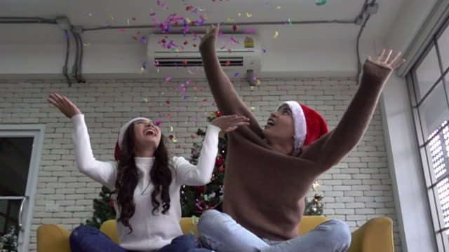 vídeos de stock e filmes b-roll de super slow motion: young asian couple celebrate christmas holiday with confetti - hd format