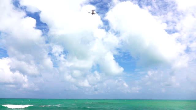 vidéos et rushes de hd super slow-mo: avion décoller au-dessus de la mer - kérosène
