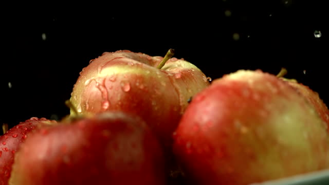 stockvideo's en b-roll-footage met hd super slow-mo: apples with water drops - sappig