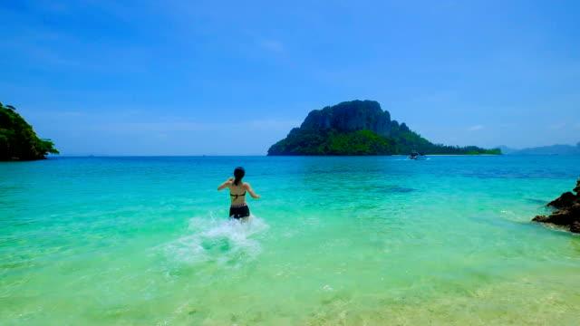 hd スーパー スロー-ミズーリ: アジア若い女性を持つ楽しいクラビ、タイの美しいビーチで - リゾート地点の映像素材/bロール