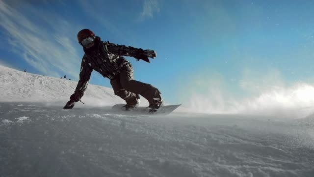 hd super slow-motion: controluce snowboard intagliare - snowboard video stock e b–roll